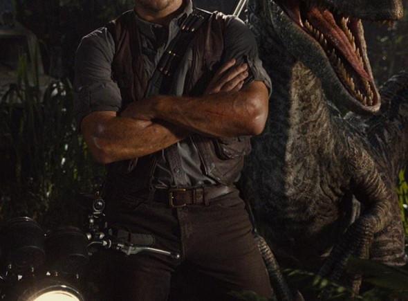 Chris Pratt y un Velociraptor en 'Jurassic World'