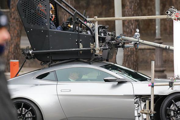 James Bond conduciendo su Aston Martin en Spectre
