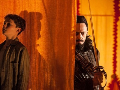 Levi Miller se esconde de Hugh Jackman en 'Pan (Viaje a Nunca Jamás)'