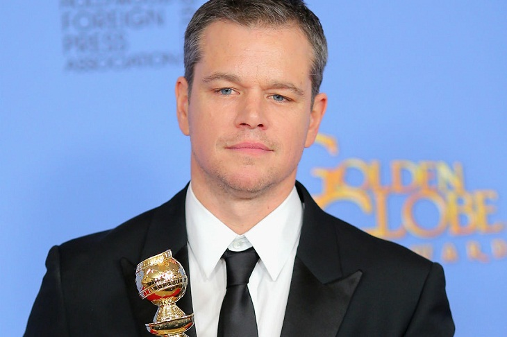 Matt Damon con su premio por 'Marte'